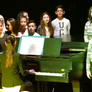 Jugendliche treten beim Kulturmix der Gesamtschule Fröndenberg mit Gesang und Tanz auf.